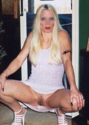 Блонда осталась одна дома и засветила свою киску в камеру - фото 14