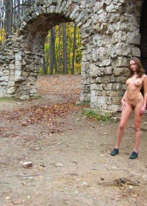 Русская девчонка Оля не стесняется голых фоток на улице - фото 39