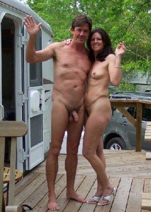 Супружеская пара сфотографировалась голой на заднем дворе дома - фото 8