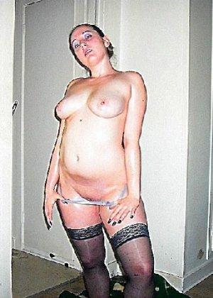 Девушка покрыла себя маслом и начала позировать мужу на кровати - фото 14