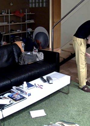 Спрятанная камера постоянно снимает дом и находящихся в нем парней и девушек - фото 35