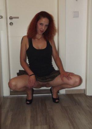 Дама раздвинула ножки на диване и готова к сексу - фото 13