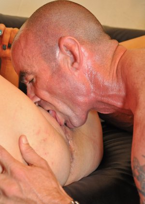 Зрелая пара занимается оральным сексом в своем доме - фото 11