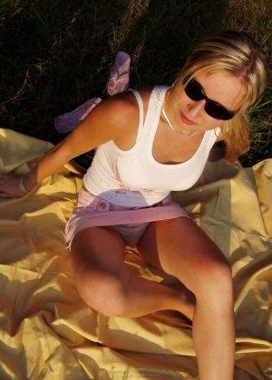Женщина в тёмных очках показывает свои дырки на отдыхе - фото 29