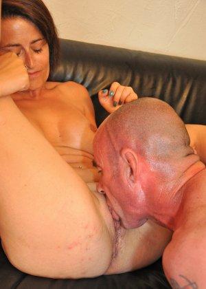Зрелая пара занимается оральным сексом в своем доме - фото 10