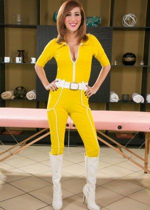 Эприл ОНейл снимает с себя желтый костюм и остается совсем голой, показывая мохнатую пизденку - фото 2