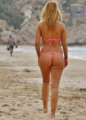 Блондинка на пляже в розовом купальнике раздевается - фото 7