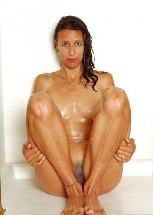 Стройная и зрелая женщина Александра купается в душе - фото 50