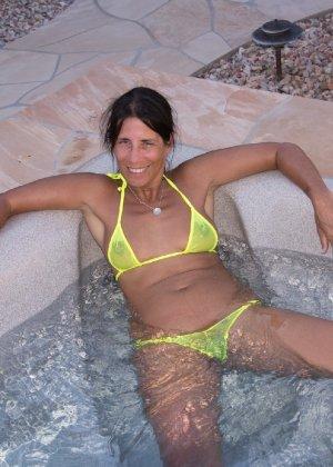 Женщина с большим клитором и в желтом купальнике расслабляется в ванной - фото 2