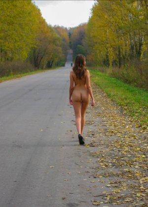Русская девчонка Оля не стесняется голых фоток на улице - фото 3