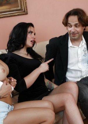 Секс втроем с женой и молодой девушкой - фото 2
