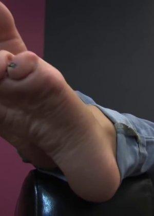 Милая куколка демонстрирует свои подмышки, снимает кеды и показывает ножки - фото 63