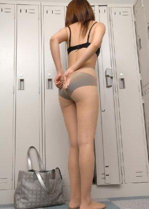 Рыженькая азиатка переодевается в более строгую одежду - фото 15