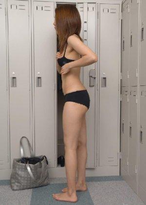 Рыженькая азиатка переодевается в более строгую одежду - фото 13
