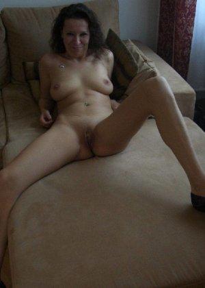 Немецкая шлюшка Кристина сняла с себя все и призывно ждет на диване - фото 16