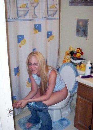 Девчонок подстерегли в туалете, сфотографировали и выложили в сеть - фото 13