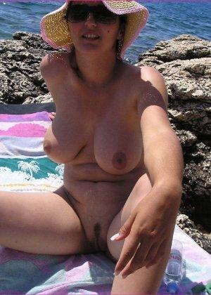 Секси куколка Марианна позирует для нас голой на пляже - фото 5