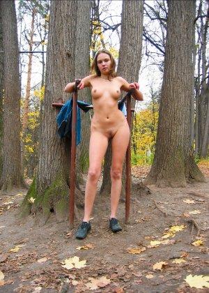 Русская девчонка Оля не стесняется голых фоток на улице - фото 50