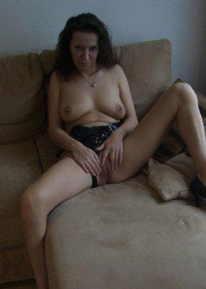 Немецкая шлюшка Кристина сняла с себя все и призывно ждет на диване - фото 9
