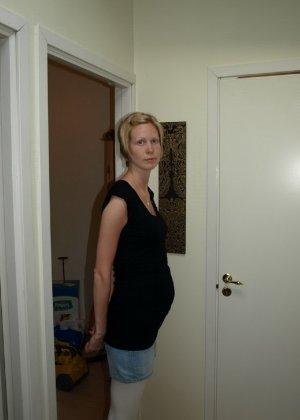 Фотографировал свою беременную жену в разных местах - фото 55