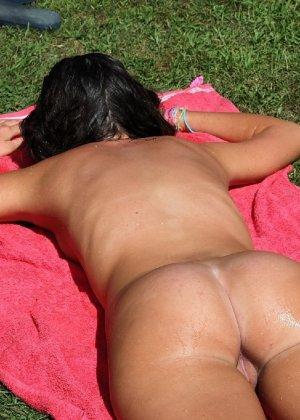 Девки загорают на солнышке в парке, да еще и полностью голышом - фото 3