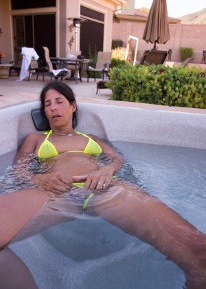 Женщина с большим клитором и в желтом купальнике расслабляется в ванной - фото 24
