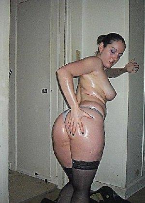 Девушка покрыла себя маслом и начала позировать мужу на кровати - фото 11