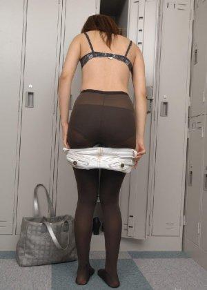 Рыженькая азиатка переодевается в более строгую одежду - фото 8