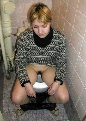 Девчонок подстерегли в туалете, сфотографировали и выложили в сеть - фото 21