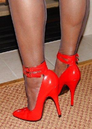 Шикарная женщина соблазняет в красном белье, а потом одевает платье - фото 14