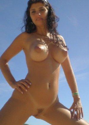 Самые огромные натуральные сиськи позируют на пляже и в палатке - фото 13