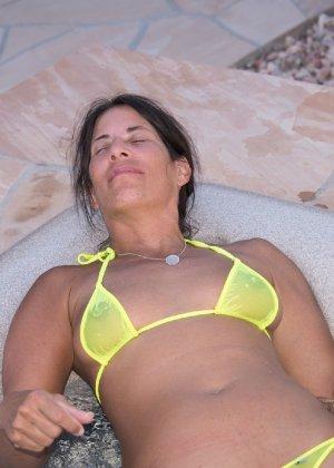 Женщина с большим клитором и в желтом купальнике расслабляется в ванной - фото 4