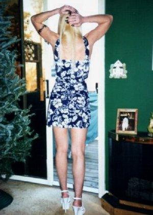 Блонда осталась одна дома и засветила свою киску в камеру - фото 10