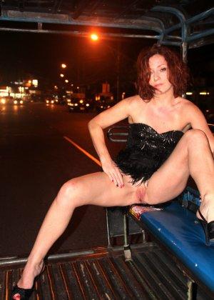 Роскошные женщины в деловых костюмах стоят в неприличных позах - фото 33