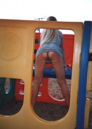 Девчата катаются без трусиков на горках во дворе и сверкают кисками - фото 9