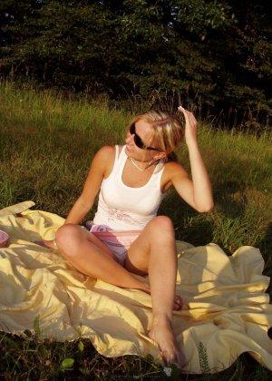 Женщина в тёмных очках показывает свои дырки на отдыхе - фото 23