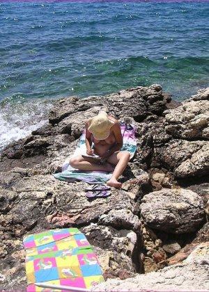Секси куколка Марианна позирует для нас голой на пляже - фото 23