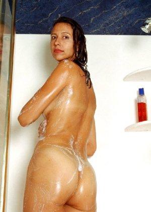Стройная и зрелая женщина Александра купается в душе - фото 38