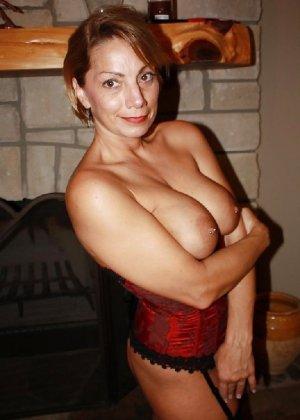 Зрелая женщина выставляет на показ свои прелести в эротическом белье - фото 7
