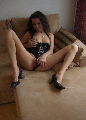 Немецкая шлюшка Кристина сняла с себя все и призывно ждет на диване - фото 6