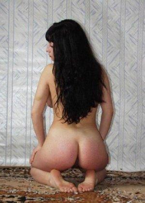Фигуристая брюнетка с большой грудью позирует у себя дома - фото 5
