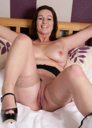 Зрелая британская женщина на все готова в постели - фото 12