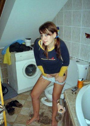 Девчонок подстерегли в туалете, сфотографировали и выложили в сеть - фото 3