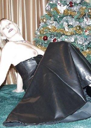 Попросила сфотографировать ее под елкой, а сама надела откровенные наряды - фото 16