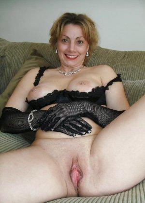 Зрелая женщина выставляет на показ свои прелести в эротическом белье - фото 56