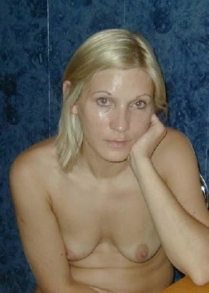 Блондинистая жена всегда и везде ходит дома без одежды - фото 8