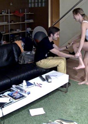 Спрятанная камера постоянно снимает дом и находящихся в нем парней и девушек - фото 43