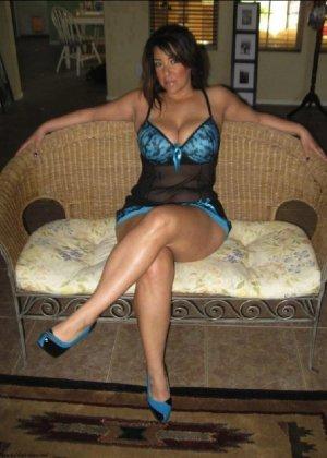 Очень горячая милфа с большой грудью позирует в квартире для всех - фото 5