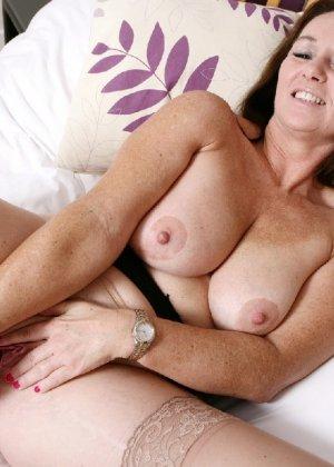 Зрелая британская женщина на все готова в постели - фото 32
