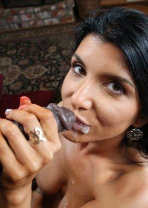 Негр ебет большим хуем в рот и в пизду шикарную латину - фото 16